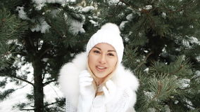 De jonge vrouw in witte kleding verzendt een kus en sluit het wapenskader stock video