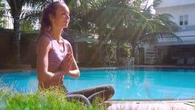 De jonge vrouw in yoga stelt vouwen indient gebed zijaanzicht stock video