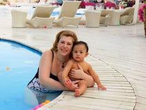De jonge vrouw zit met baby-jongen zoon Stock Foto