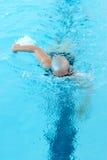 De jonge vrouw zwemt op binnenpool. vrije slag wijze. Stock Fotografie