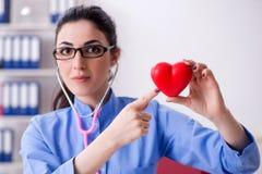 De jonge vrouwelijke arts die in de kliniek werken royalty-vrije stock foto