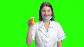 De jonge vrouwelijke arts recommed pillen stock videobeelden