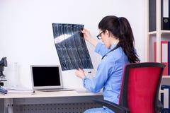De jonge vrouwelijke artsenradioloog die in de kliniek werken royalty-vrije stock fotografie
