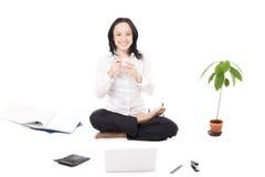 De jonge vrouwelijke bedrijfarbeider met laptop in lotusbloem stelt op witte B Stock Afbeelding