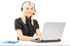 De jonge vrouwelijke exploitant die van de klantendienst aan laptop werken Stock Foto's