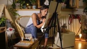 De jonge vrouwelijke kunstenaar maakt een fout, en bevestigt het stock footage