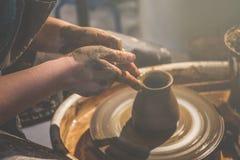 De jonge vrouwelijke pottenbakker vormt kruik van klei royalty-vrije stock foto
