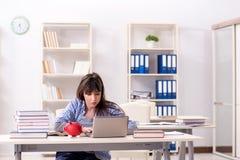 De jonge vrouwelijke student in onderwijsconcept stock afbeelding