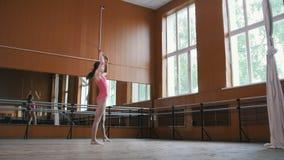 De jonge vrouwelijke turner van de vrouwendanser voert dans met uit ranselt - video met geluid stock footage