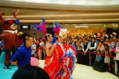 De jonge vrouwelijke uitvoerders presteren bij de openingsceremonie en het vermaak van een groot winkelcomplex royalty-vrije stock afbeeldingen