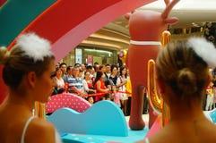 De jonge vrouwelijke uitvoerders presteren bij de openingsceremonie en het vermaak van een groot winkelcomplex stock foto