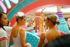 De jonge vrouwelijke uitvoerders presteren bij de openingsceremonie en het vermaak van een groot winkelcomplex stock fotografie