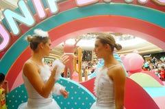 De jonge vrouwelijke uitvoerders presteren bij de openingsceremonie en het vermaak van een groot winkelcomplex stock foto's