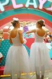 De jonge vrouwelijke uitvoerders presteren bij de openingsceremonie en het vermaak van een groot winkelcomplex royalty-vrije stock foto's