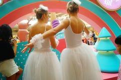 De jonge vrouwelijke uitvoerders presteren bij de openingsceremonie en het vermaak van een groot winkelcomplex royalty-vrije stock foto
