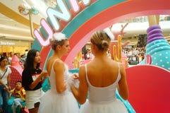 De jonge vrouwelijke uitvoerders presteren bij de openingsceremonie en het vermaak van een groot winkelcomplex stock afbeelding
