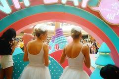 De jonge vrouwelijke uitvoerders presteren bij de openingsceremonie en het vermaak van een groot winkelcomplex royalty-vrije stock afbeelding