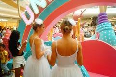 De jonge vrouwelijke uitvoerders presteren bij de openingsceremonie en het vermaak van een groot winkelcomplex stock afbeeldingen