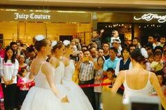 De jonge vrouwelijke uitvoerders presteren bij de openingsceremonie en het vermaak van een groot winkelcomplex royalty-vrije stock fotografie