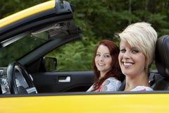 De jonge vrouwen die voor een vreugde gaan berijden Royalty-vrije Stock Afbeeldingen