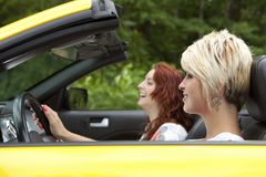 De jonge vrouwen die voor een vreugde gaan berijden Royalty-vrije Stock Foto
