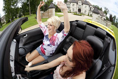 De jonge vrouwen die voor een vreugde gaan berijden Stock Foto's