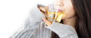 De jonge vrouwen drinken gelukkig hete koffie royalty-vrije stock afbeelding