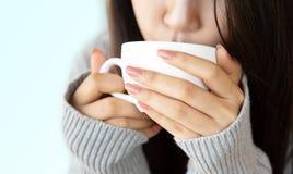 De jonge vrouwen drinken gelukkig hete koffie stock foto