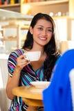 De jonge vrouwen in een Aziatische koffie winkelen Stock Foto