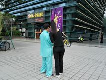 De jonge vrouwen en de oudere vrouwen gebruiken mobiele telefoons en WeChat stock fotografie