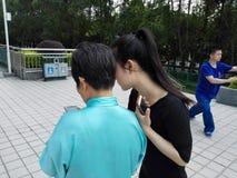 De jonge vrouwen en de oudere vrouwen gebruiken mobiele telefoons en WeChat stock afbeelding