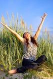 De jonge vrouwen genieten van een zon Stock Foto
