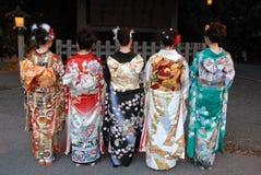 De jonge vrouwen in kimono kleden zich stock foto's