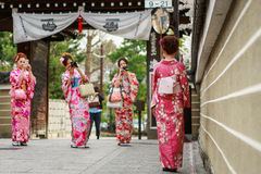 De jonge vrouwen in kimono kleden zich Stock Afbeelding