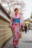 De jonge vrouwen in kimono kleden zich Stock Foto