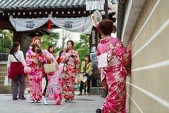 De jonge vrouwen in kimono kleden zich Royalty-vrije Stock Fotografie