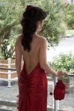 De jonge vrouwen in lang rood kleden zich Stock Afbeelding