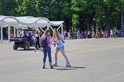 De jonge vrouwen leren aan rolschaats in park Gorkogo in Moskou stock foto's