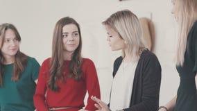 De jonge vrouwen leren om doek te verwijderen, schetsen van toekomstige kleren trekken stock video