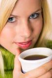 De jonge vrouwen met thee vormen tot een kom Stock Afbeelding