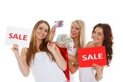 De jonge vrouwen met verkoop ondertekenen. royalty-vrije stock afbeelding
