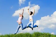 De jonge vrouwen springt Royalty-vrije Stock Afbeeldingen