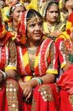 De jonge vrouwen treffen aan prestaties voorbereidingen bij jaarlijkse kameel eerlijke vakantie, Pushkar, India Royalty-vrije Stock Foto's
