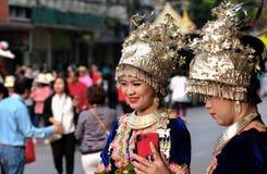 De jonge vrouwen van de heuvelstam in traditionele kostuums stock fotografie