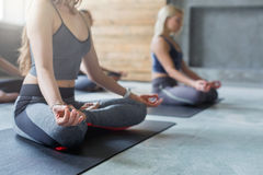 De jonge vrouwen in yogaklasse, ontspannen meditatie stellen royalty-vrije stock afbeelding