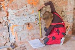 De jonge vrouwenarbeider meet muur horizontaal Royalty-vrije Stock Fotografie