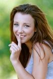 De jonge vrouwenclose-up zet vinger Royalty-vrije Stock Afbeelding