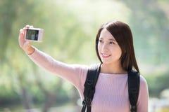 De jonge vrouwenglimlach neemt selfie stock afbeelding
