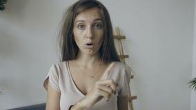 De jonge vrouwengolven haar vinger en zegt: - Nr stock video