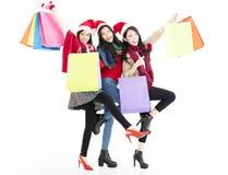 de jonge vrouwengroep geniet Kerstmis van het winkelen Stock Fotografie